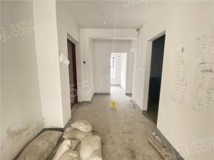房子是南北通透三居室,客厅主卧都朝南