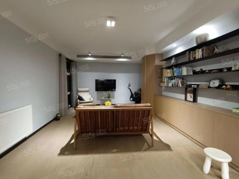亚东城新出朝南两房 居家装修楼层好 满五年诚心卖