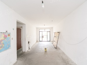 新出客厅朝南带阳台,采光视野无遮挡,中间楼层